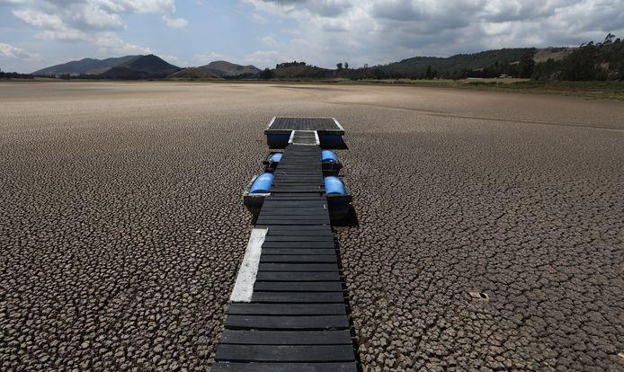 Een 'drijvende' aanlegsteiger in het Suescameer in Colombia. Klimaatverandering en ontbossing hebben het meer drooggelegd.