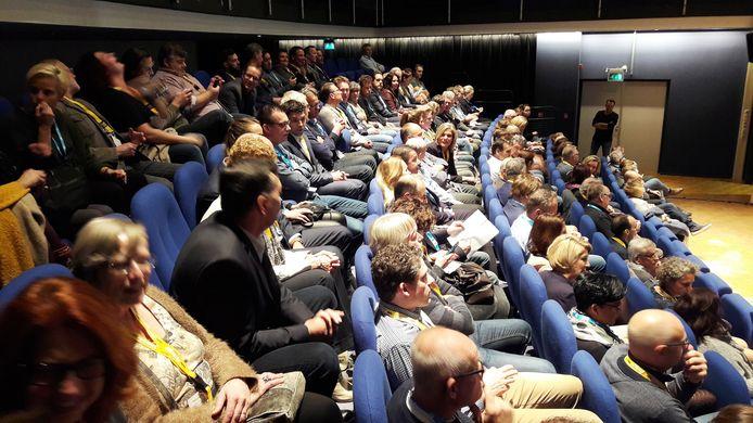 De ondernemers in de Moerdijkzaal van het gemeentehuis toen ze nog dachten alleen maar te hoeven luisteren naar spreker Joost Richter.
