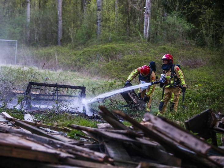 Vandalen steken klein bankstel in brand van gesloopte boswachterswoning bij Helmond