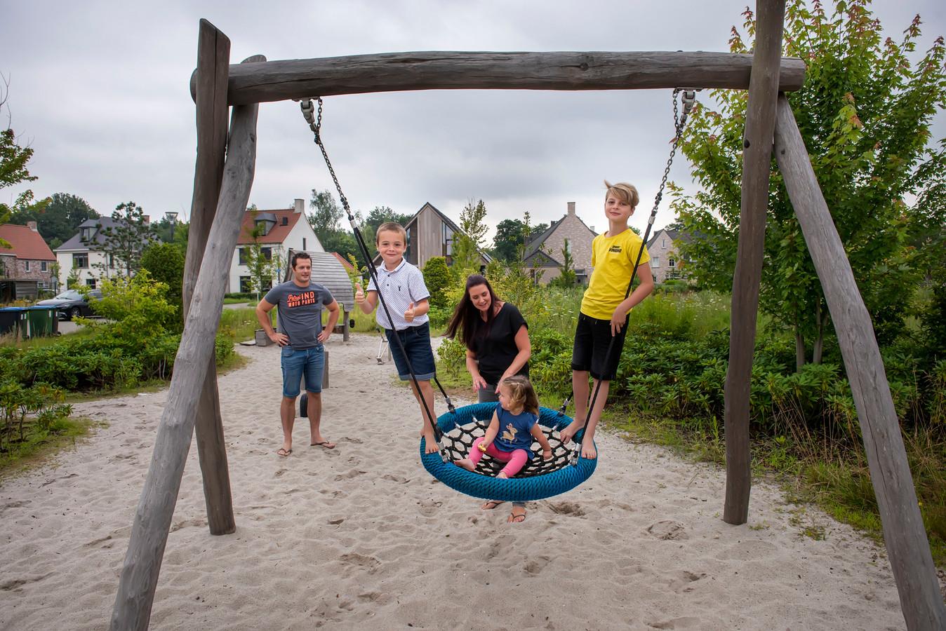 Genoeg plek om buiten de spelen, de kinderen van Rudy en Nicole kunnen hun hart ophalen in Dorst.