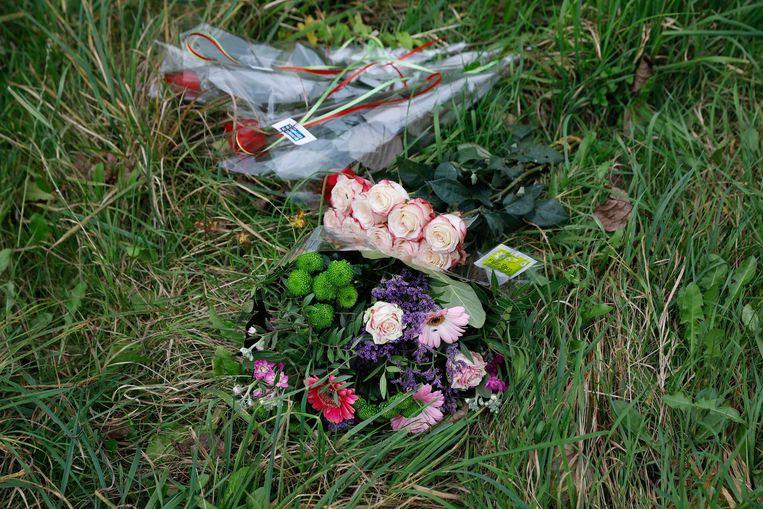 Bloemen bij het Hosterwold bos. De 25-jarige Anne Faber werd na twee weken vermissing gevonden bij het Nulderpad in het Hosterwold bos.  Beeld ANP