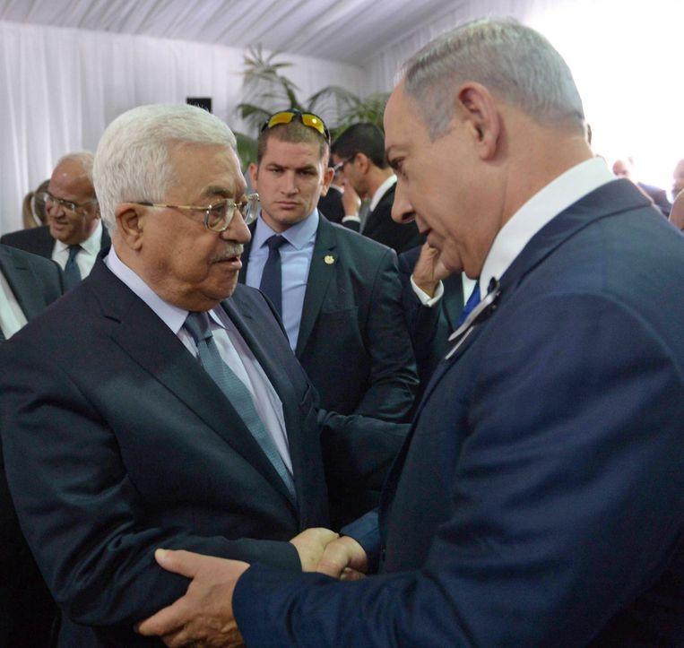 Palestijns president Mahmoud Abbas (links) en Israëlisch premier Benjamin Netanyahu tijdens een ontmoeting in 2016. Beeld EPA