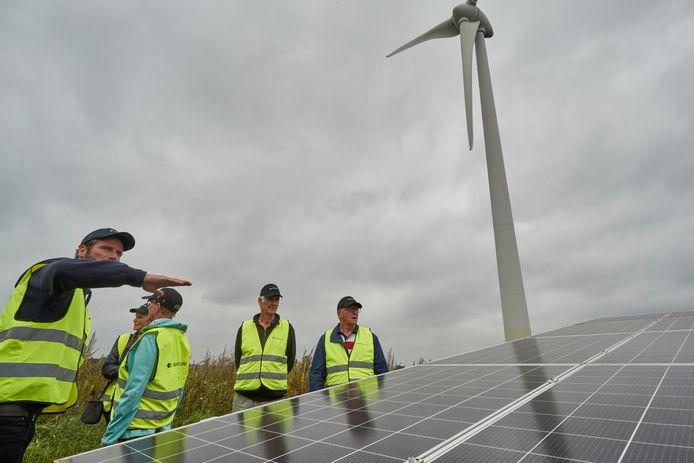 Wieger van der Spek (links) vertelt over het zonnepark van 14.500 panelen dat Solarfields op de voormalige vuilstort heeft geïnstalleerd.