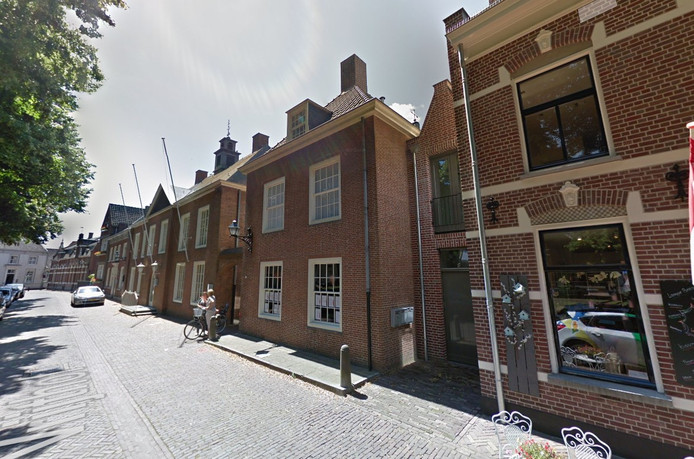De Vrijthof 11 ligt naast het gemeentehuis.