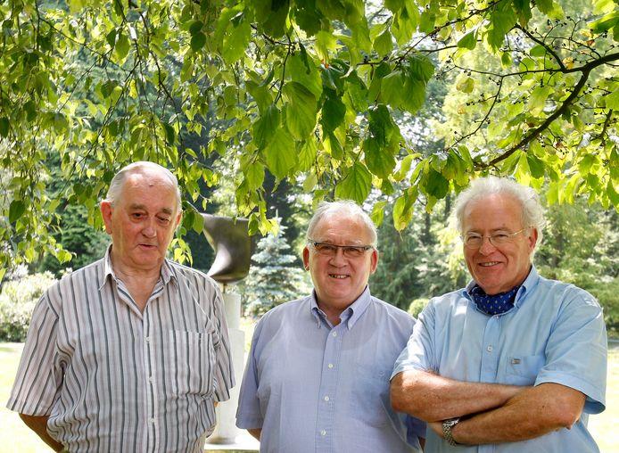 Voorzitter Peter van den Baar (midden) van de Henri van Abbestichting, met zijn illustere voorganger Wil Wernink (links) en zijn tijdelijke opvolger Marc van Abbe in 2009.