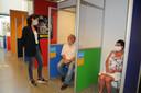 Locatiecoördinator Bianca Dumay maakt een praatje met Gijs Troost uit Nieuwe Tonge.