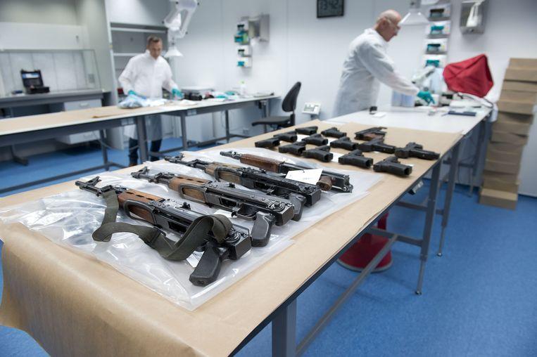 Een deel van de wapens uit de opslagbox in Nieuwegein. Beeld Landelijke Eenheid
