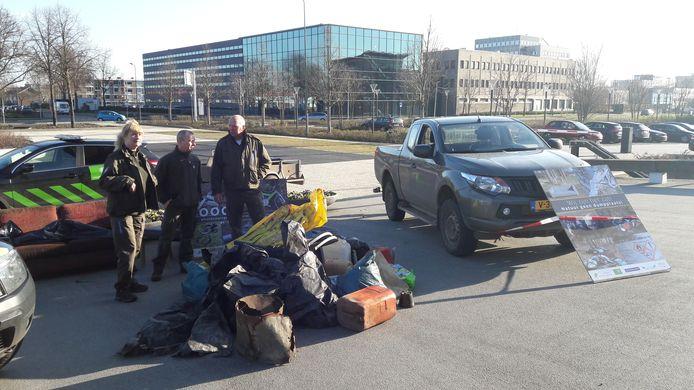 Boswachters dumpen afval bij het Provinciehuis in Den Bosch.