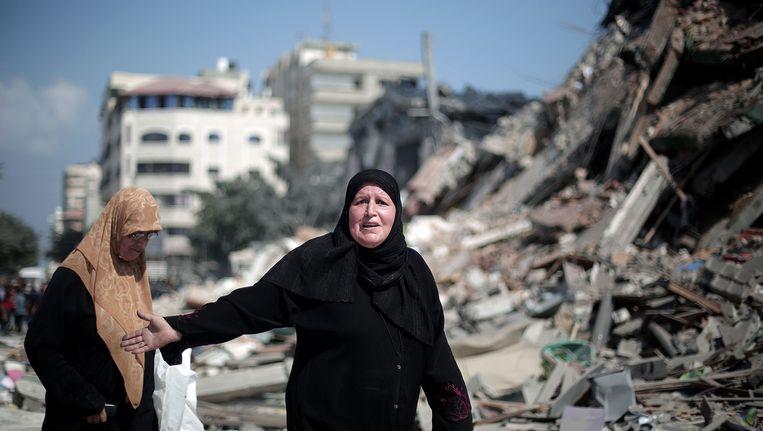 Palestijnse vrouwen tussen het puin in een wijk in Gazastad, 26 augustus. Beeld getty