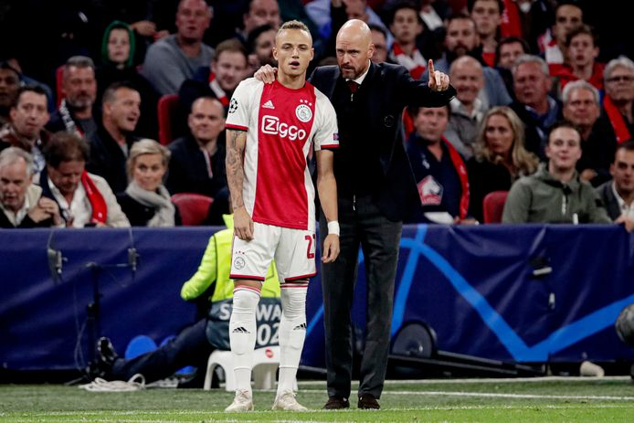 Ajax-trainr Erik ten Hag instrueert Noa Lang.