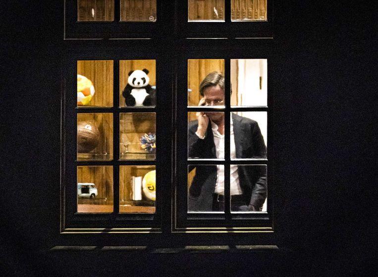 Premier Mark Rutte telefoneert donderdagavond in het Torentje  Beeld EPA