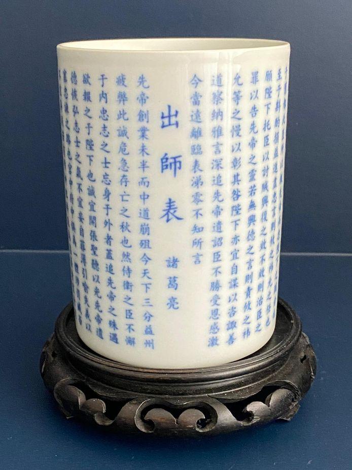 Porselein verzamelaar Jan Brinks uit Rijssen verkoopt een bijzondere Chinese penselen beker voorzien van een gedicht.