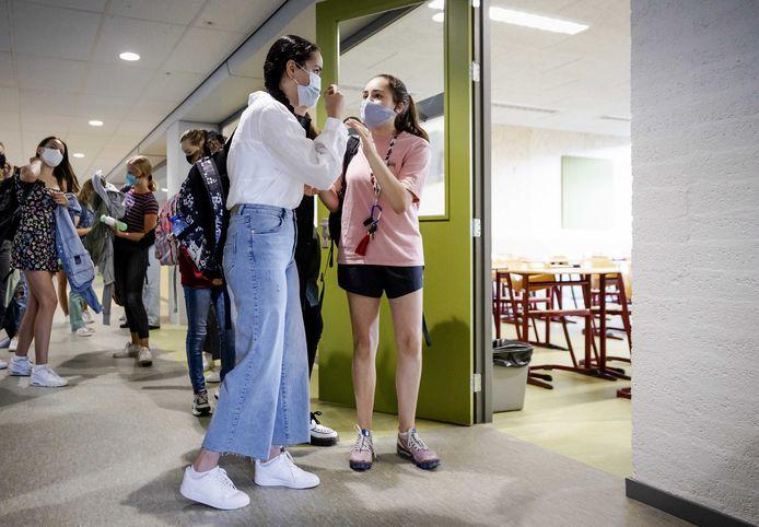 Leerlingen van het Mendel College in Haarlem dragen een mondkapje op de eerste schooldag.