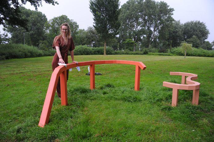 Margré Steensma bij haar nieuwe kunstwerk in het Vlissingse kunstpark