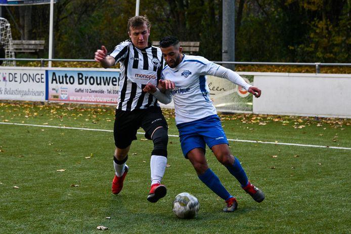 Sander Bruinink van Zwart Wit'63 (links) duelleert met Abdelali Akachar (Zeewolde).