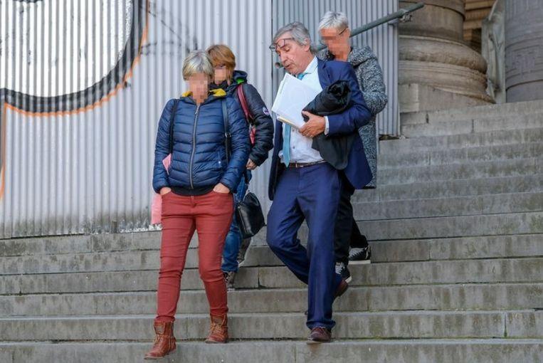 Meester Geert Suy met zijn vrijgesproken cliënten.