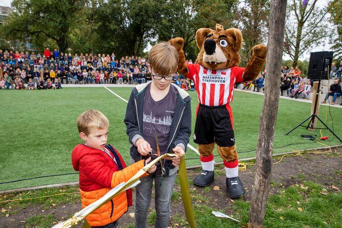 Boris, Jules en Phoxy openden maandag het nieuwe schoolplein van basisschool de Troubadour in Eindhoven.