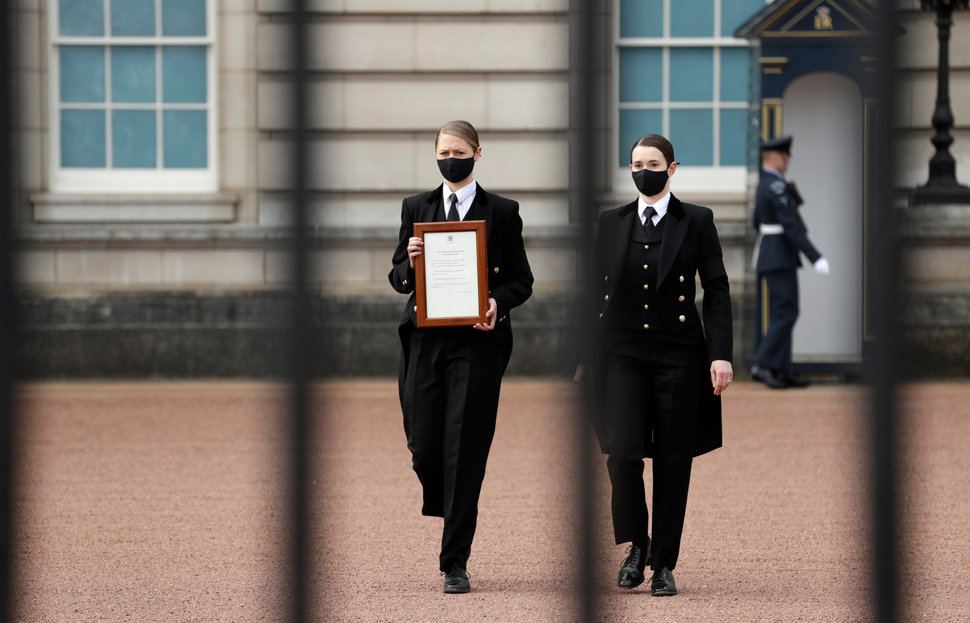 Une note annonçant le décès du duc d'Édimbourg a été affichée sur les grilles du palais.