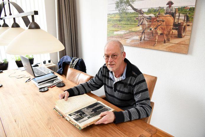 Marcel Gerritse met het oorlogsdagboek van zijn vader