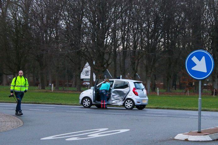 Een auto reed bij een andere auto in de flank in Warnsveld.