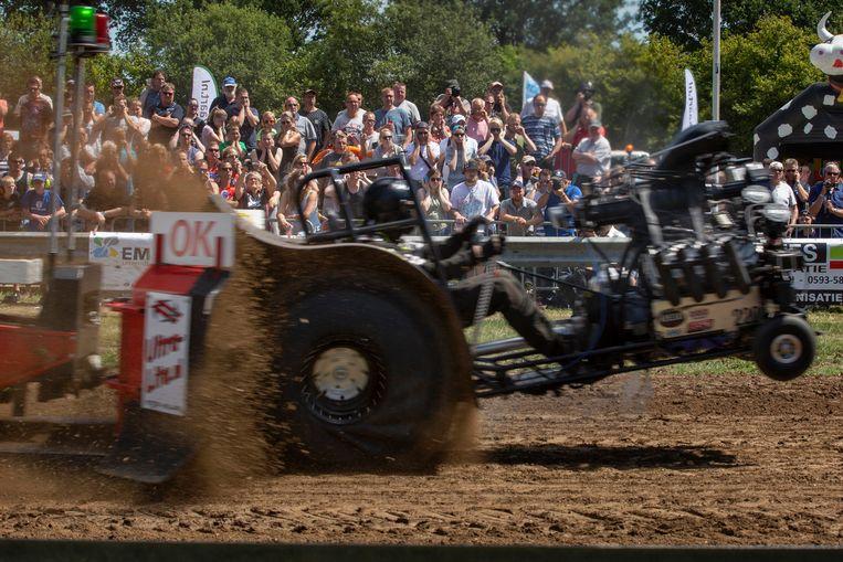 Tractor Pulling, oftewel Trekkertrek, is een typisch plattelandsevenement. 'Je voelt het geluid van de motoren door je hele lichaam.' Beeld Herman Engbers