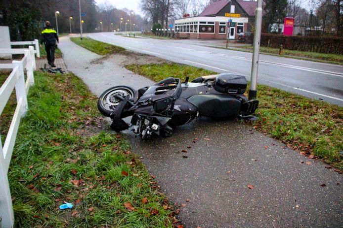 De zwaarbeschadigde motor kort na het ongeluk.