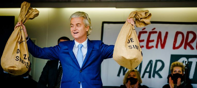 Geert Wilders met twee zakken met zojuist aan hem overhandigde handtekeningen. Beeld ANP