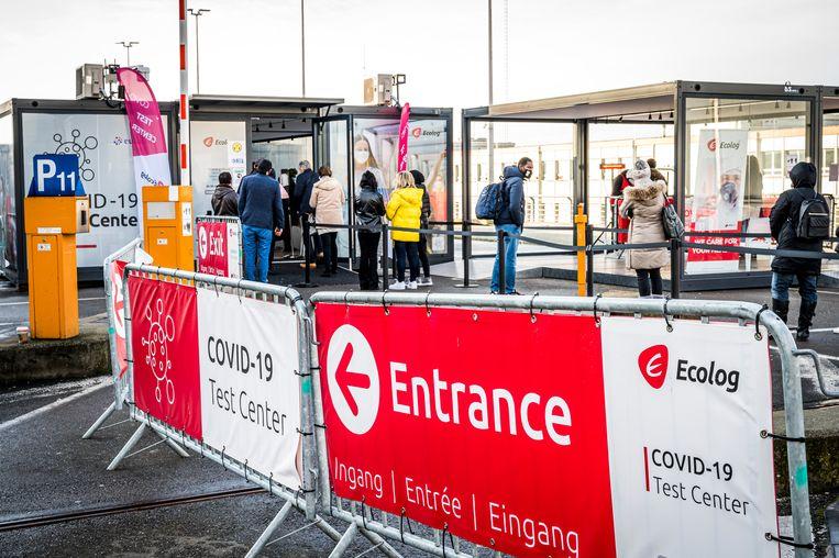 Sinds vrijdag kunnen er in het testcentrum van Brussels Airport per dag tot 8.000 vliegtuigpassagiers getest worden die terugkeren uit een rode zone.  Beeld BELGA
