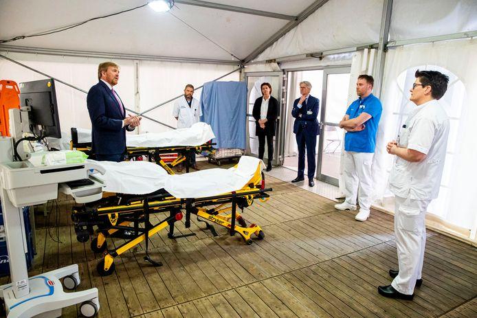 Maart jongstleden:  Willem-Alexander bezoekt het Isala in Zwolle en spreekt er met artsen over de bestrijding van het coronavirus.
