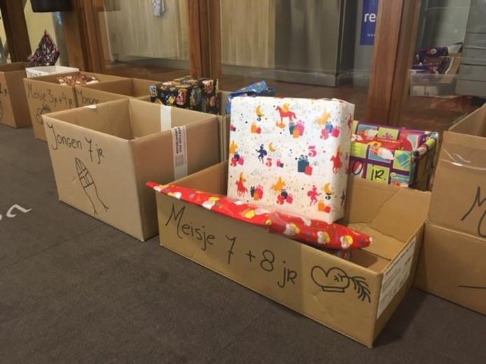 De cadeaus voor de kinderen van de voedselbank worden netjes ingepakt.