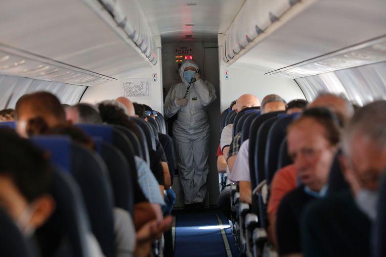 Een Israëlische stewardess draagt een beschermende outfit op een vlucht. Beeld Photo News