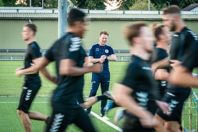 Trainer Frank van Kouwen laat de spelers van De Bataven zweten.