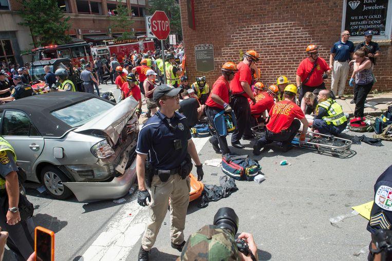 Een slachtoffer krijgt eerste hulp na de dodelijke raid met een auto. Beeld AFP