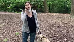 """Vogelspotter in Central Park vraagt baasje om hond aan leiband te houden, maar zij belt de politie: """"Een zwarte man bedreigt mij"""""""