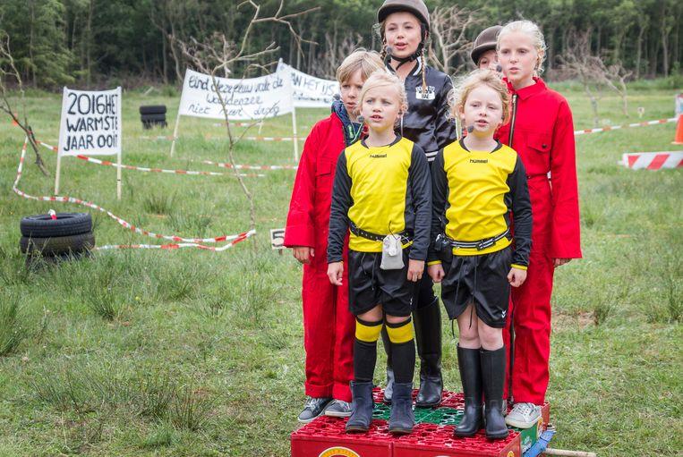 De kinderen in de voorstelling 'Hallo Dampkring'. Beeld TRBEELD