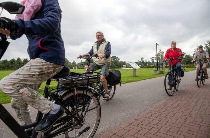 Deelnemers aan de Fietsvierdaagse Renswoude op weg naar Elst.