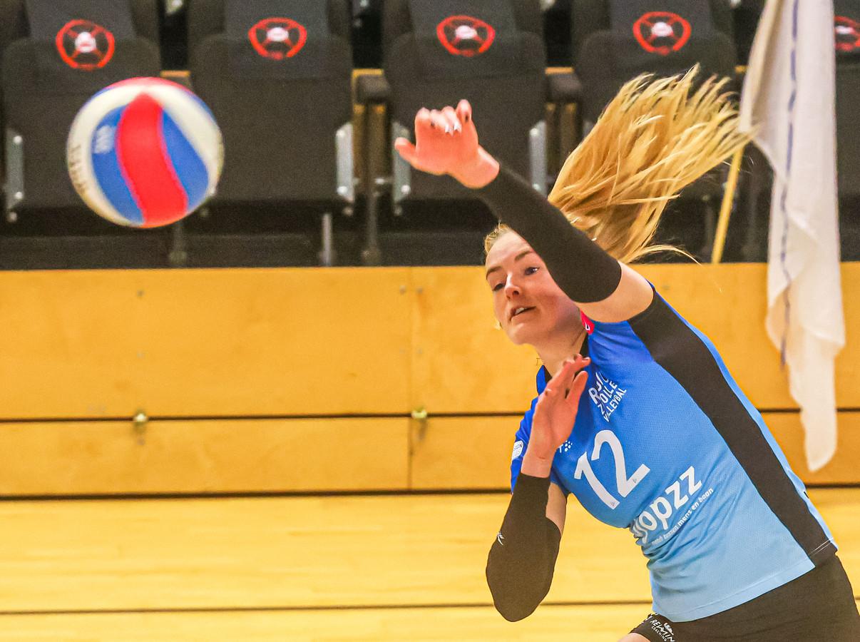 Iris Reinders was goed voor 14 punten, maar een set won Regio Zwolle Volleybal in Borne niet.