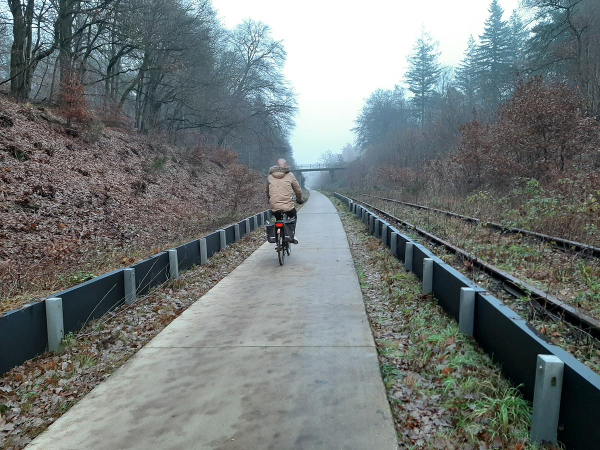 Het fietspad door de spoorkuil bij Groesbeek. Links en rechts de inmiddels roemruchte schermen.