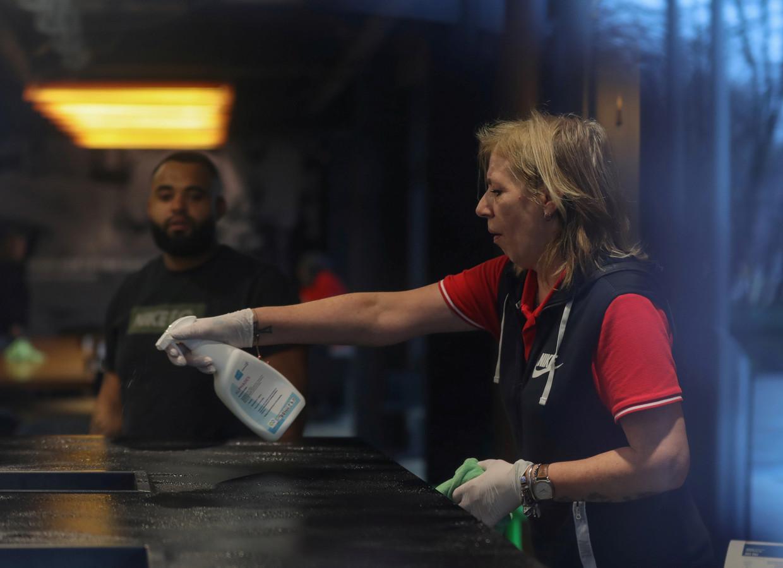 Een schoonmaakster aan het werk in het hoofdkantoor van Nike in Hilversum. Het kantoor is dicht vanwege het coronavirus.