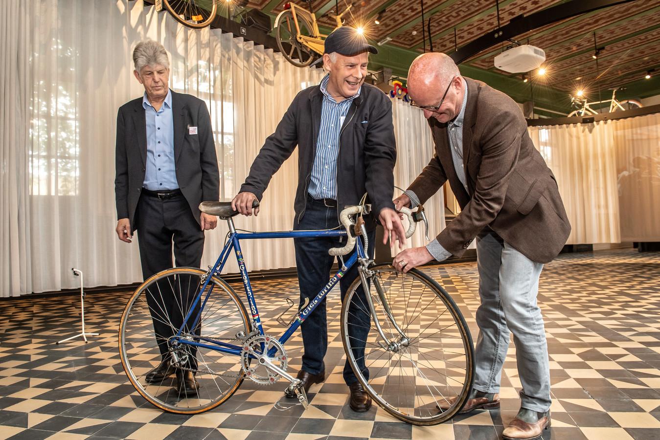 De fiets wordt eens goed bekeken.