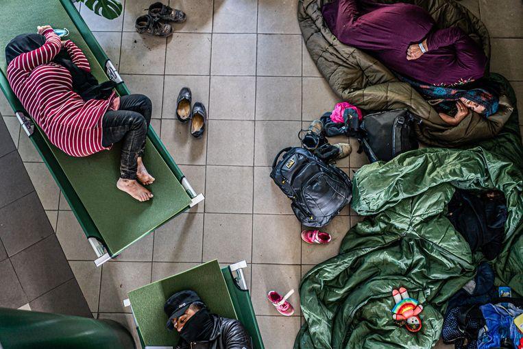 Net gearriveerde migranten in het politiebureau in Kabeliai. Beeld Joris van Gennip