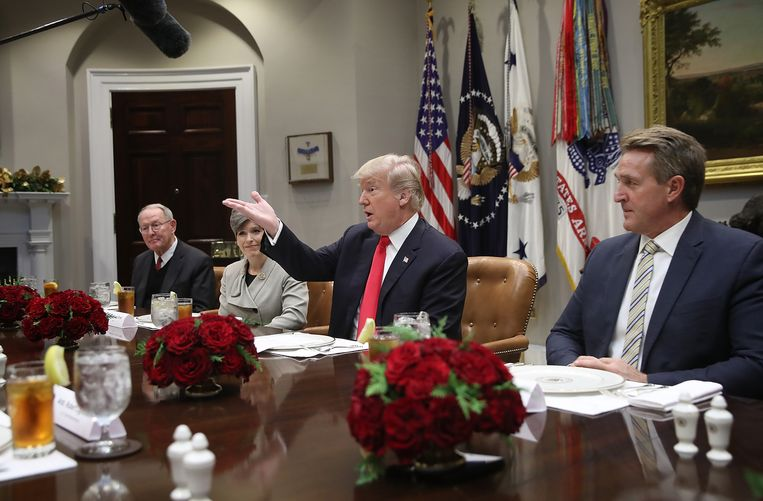 WASHINGTON, DC - DECEMBER 05:  U.S. President Donald Trump speaks during a meeting with Republican members of Congress in the Roosevelt Room of the White House December 5, 2017 in Washington, DC. Trump said the group would discuss tax reform and trade policies during the meeting. Also pictured are (L-R) Sen. Lamar Alexander (R-TN),  Sen. Joni Ernst (R-IA), and Sen. Jeff Flake (R-AZ).  (Photo by Win McNamee/Getty Images) Beeld Getty Images