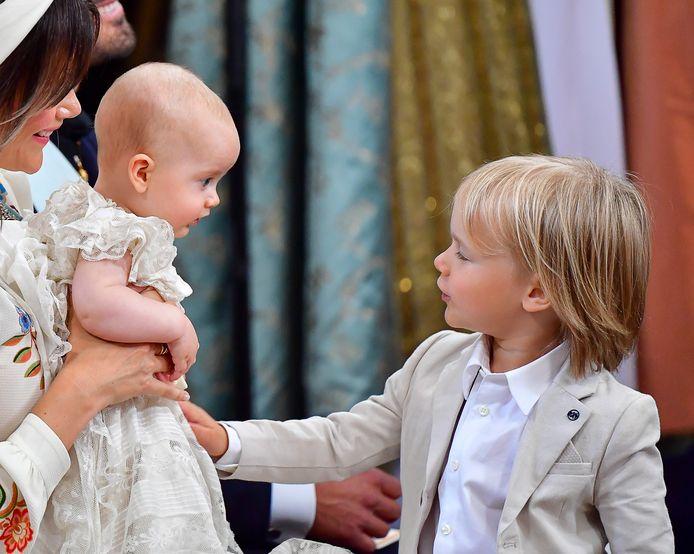 Het Zweedse koningshuis heeft nieuwe foto's gedeeld van de doop van prins Julian.
