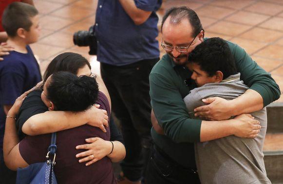 Omhelzingen bij een herdenking voor de slachtoffers die in El Paso vielen.