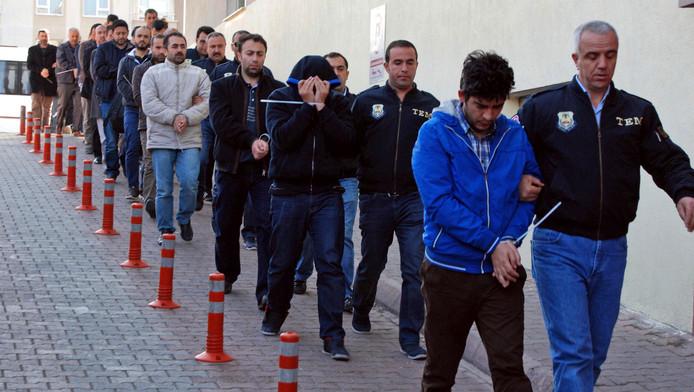 De Turkse politie pakt vermeende Gülen-aanhangers op.