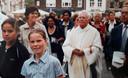Ben tijdens de Mariaommegang in 2005 in Bergen op Zoom met de parochie van 't Fort, tijdens zijn tweede priesterperiode.