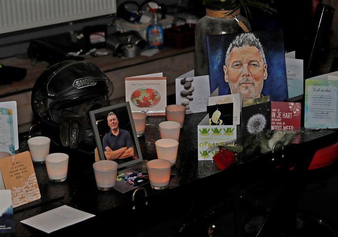 De helm en een foto van motoragent Arno - met een rustige glimlach op het gezicht - staan in het hart op de herdenkingstafel in Oude-Tonge.
