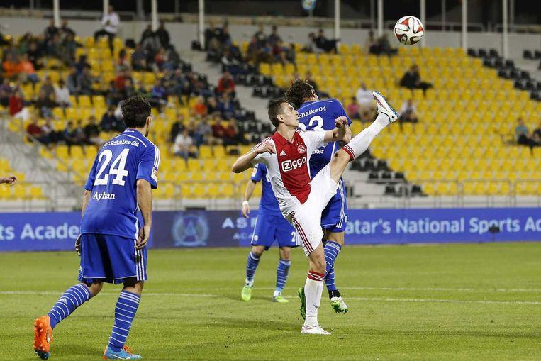 Ajax-speler Arek Milik in actie tijdens de oefenwedstrijd tegen Schalke 04 in het Qatar Sport Club Stadium. Beeld anp
