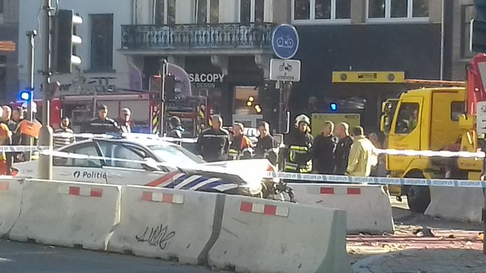 Een van de wagens crashte tegen betonblokken aan het Falconplein.