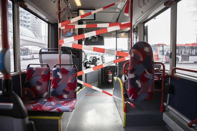 In een Haagse bus zijn maatregelen getroffen om de buschauffeur zo veel mogelijk te beschermen tegen het coronavirus.  Beeld ANP